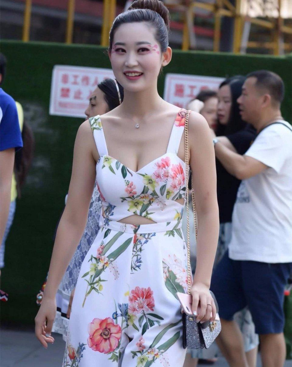 时尚街拍美女:连衣裙,包臀裙,紧身裙,你觉得哪个美?